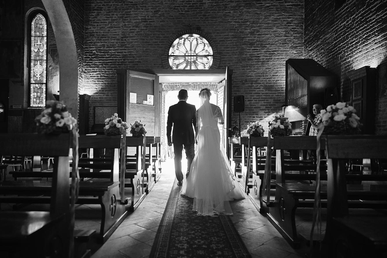 fotografia matrimonio in bianco e nero uscita dalla chiesa degli sposi