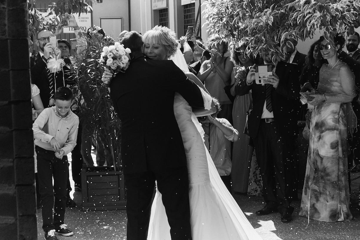 sposa abbraccia sposo