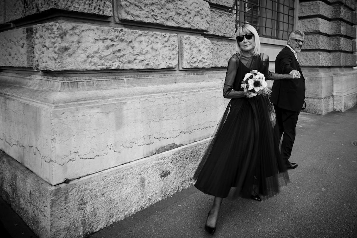 sposa in nero in città