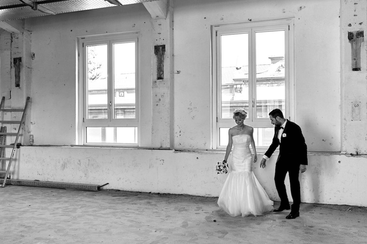 fotografia matrimonio in bianco e nero due sposi si tengono la mano