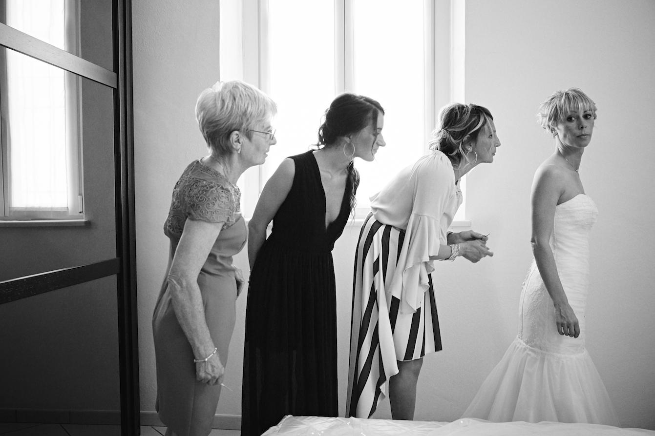 fotografia matrimonio in bianco e nero sposa e testimoni