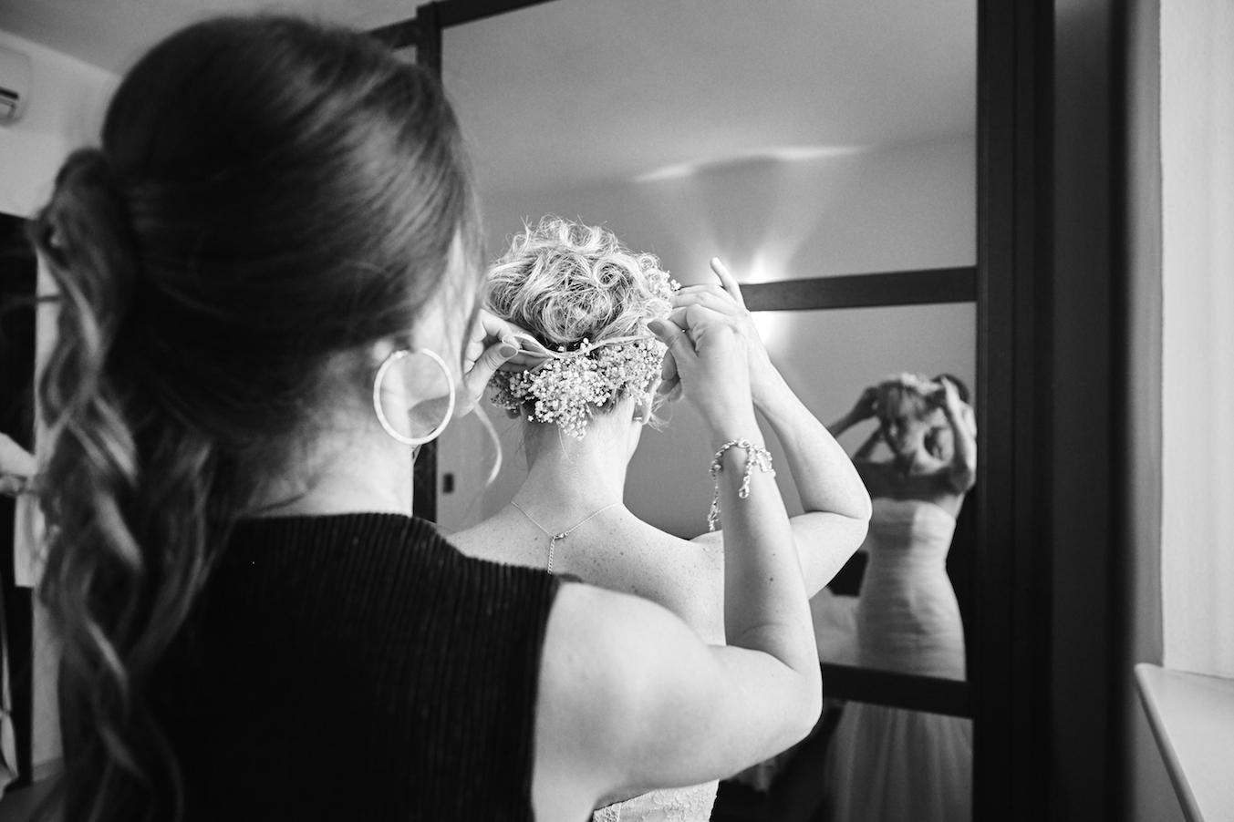 fotografia preparativi matrimonio in bianco e nero. la sposa si prepara