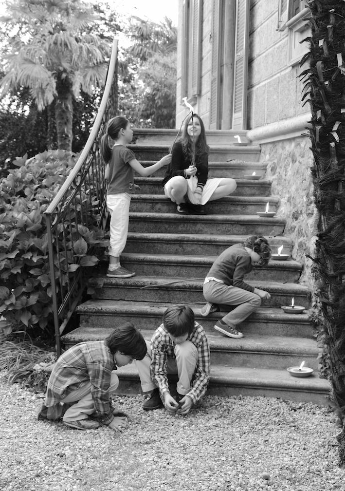 bambini giocano su scala in giardino