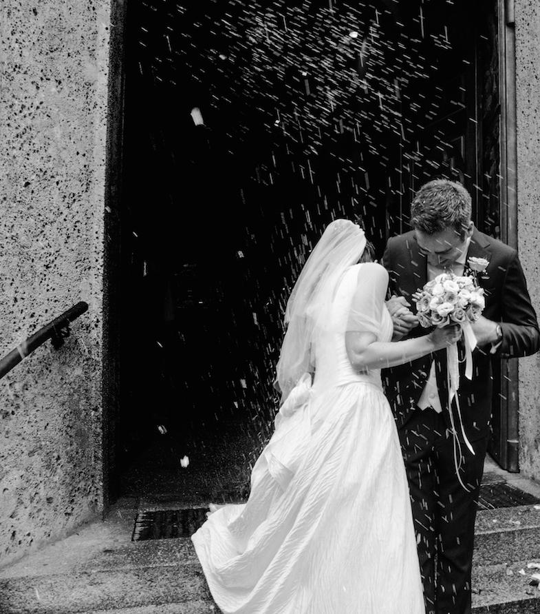 due sposi escono dalla chiesa con lancio del riso