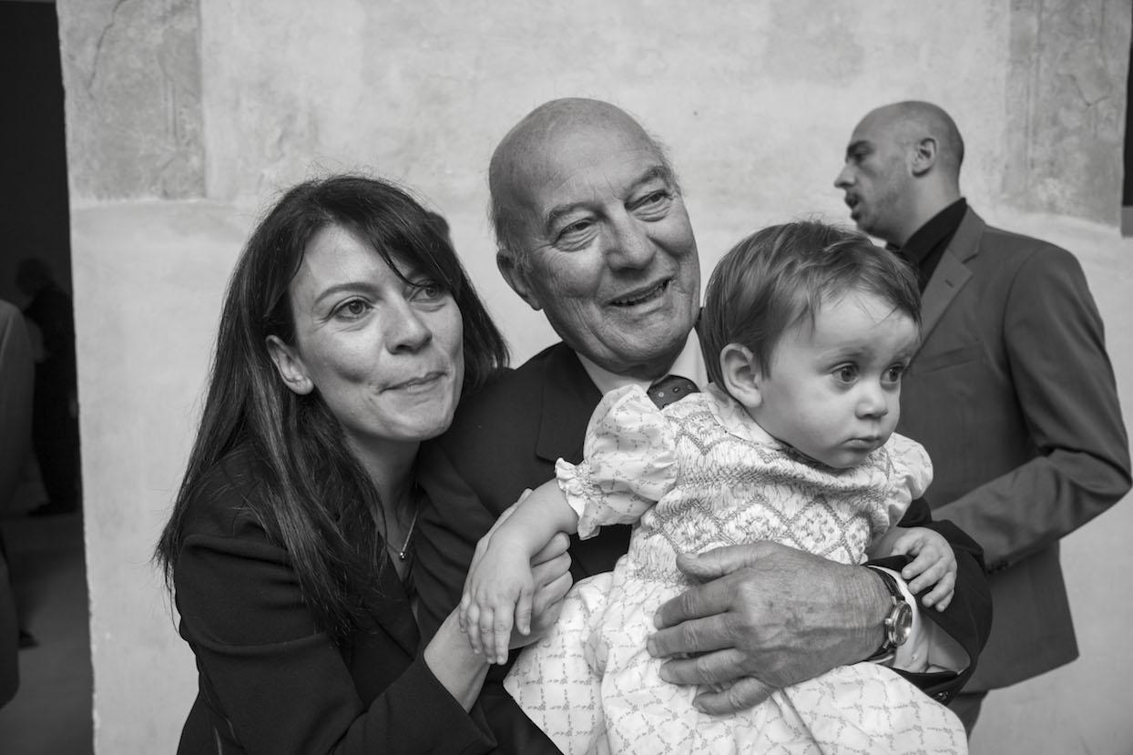 fotografia battesimo in bianco e nero con mamma nonno e bambina