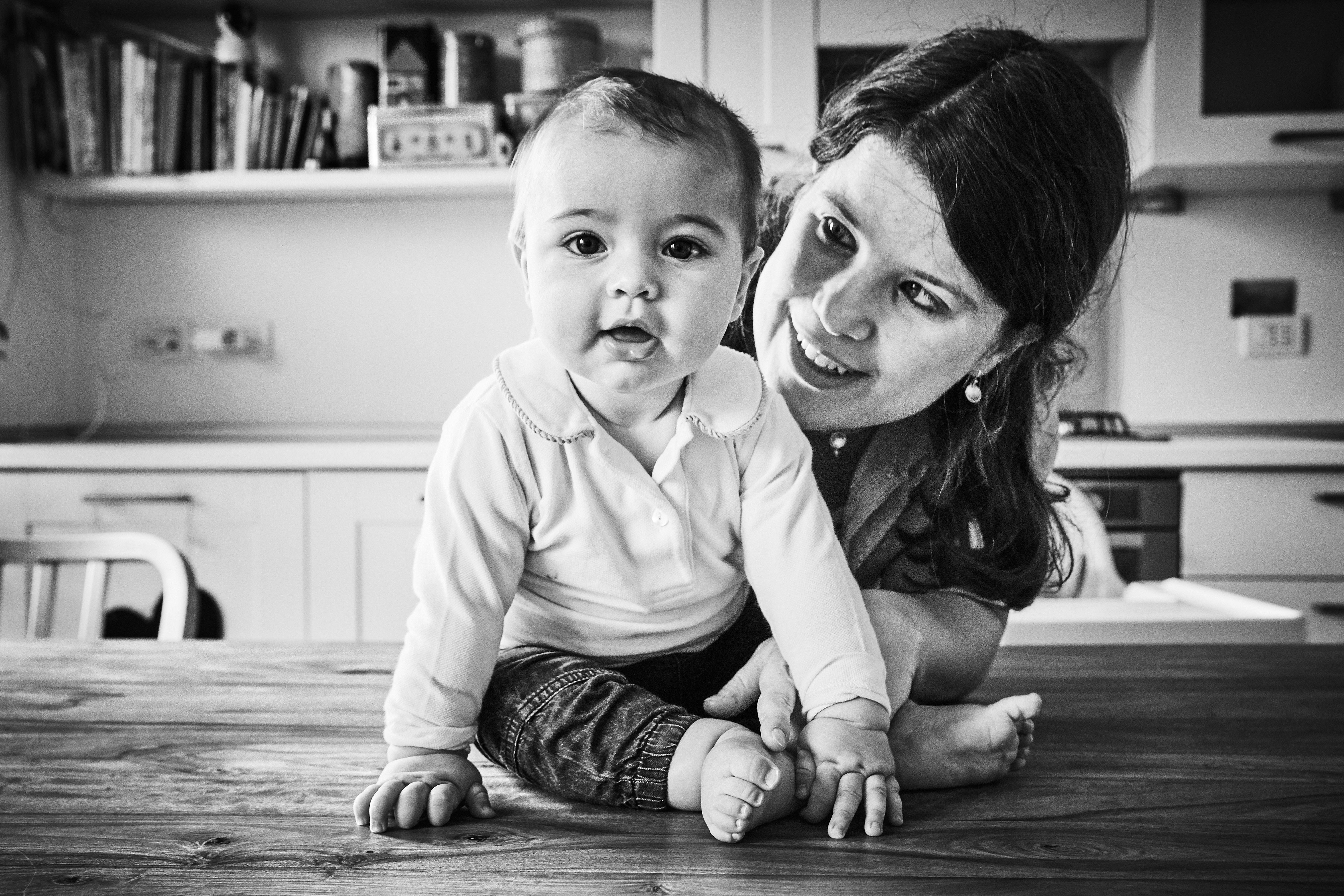 bambino e mamma in bianco