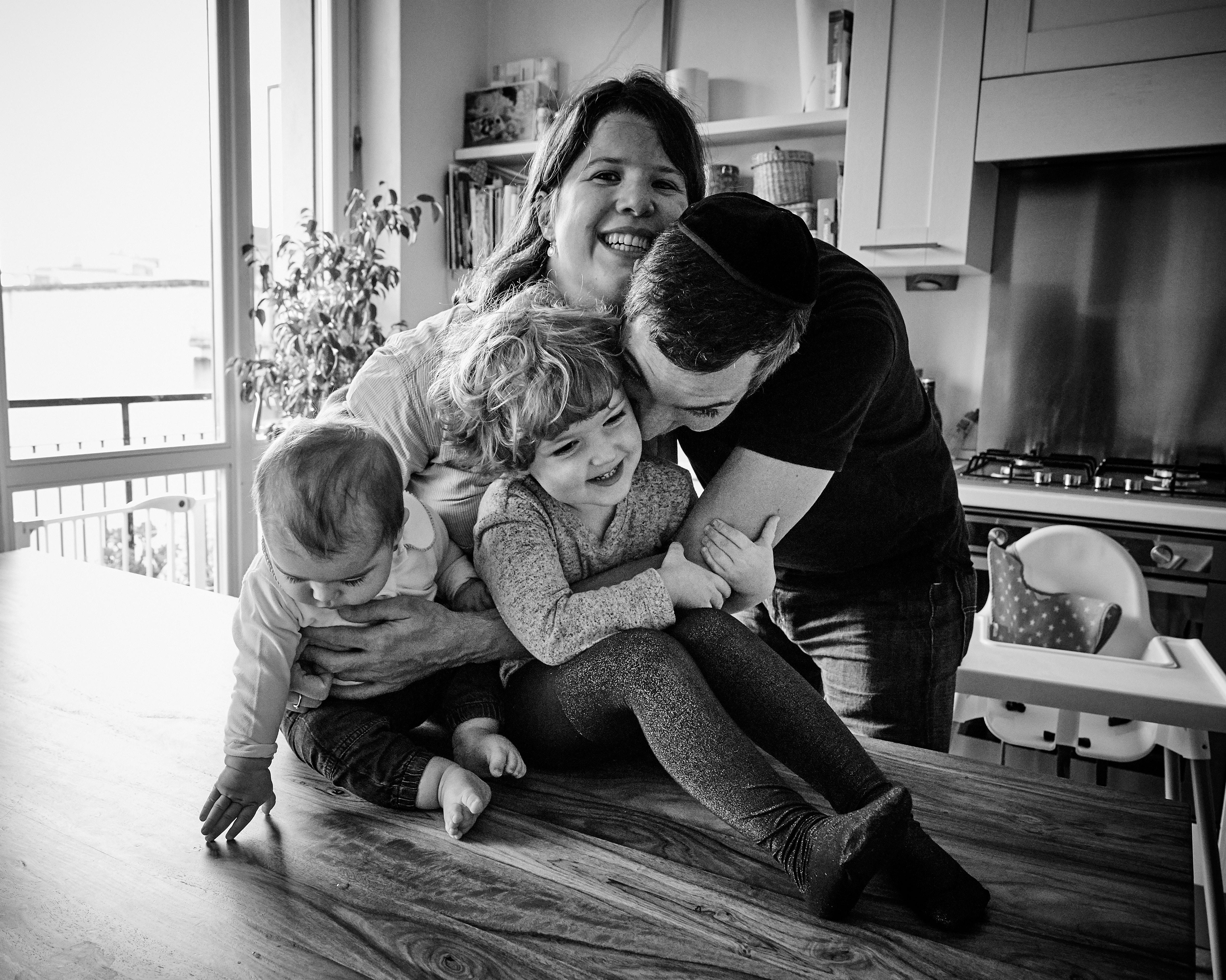 famiglia che ride insieme
