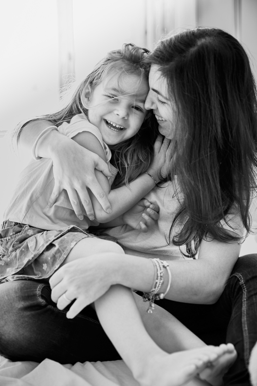 bambina abbraccia madre