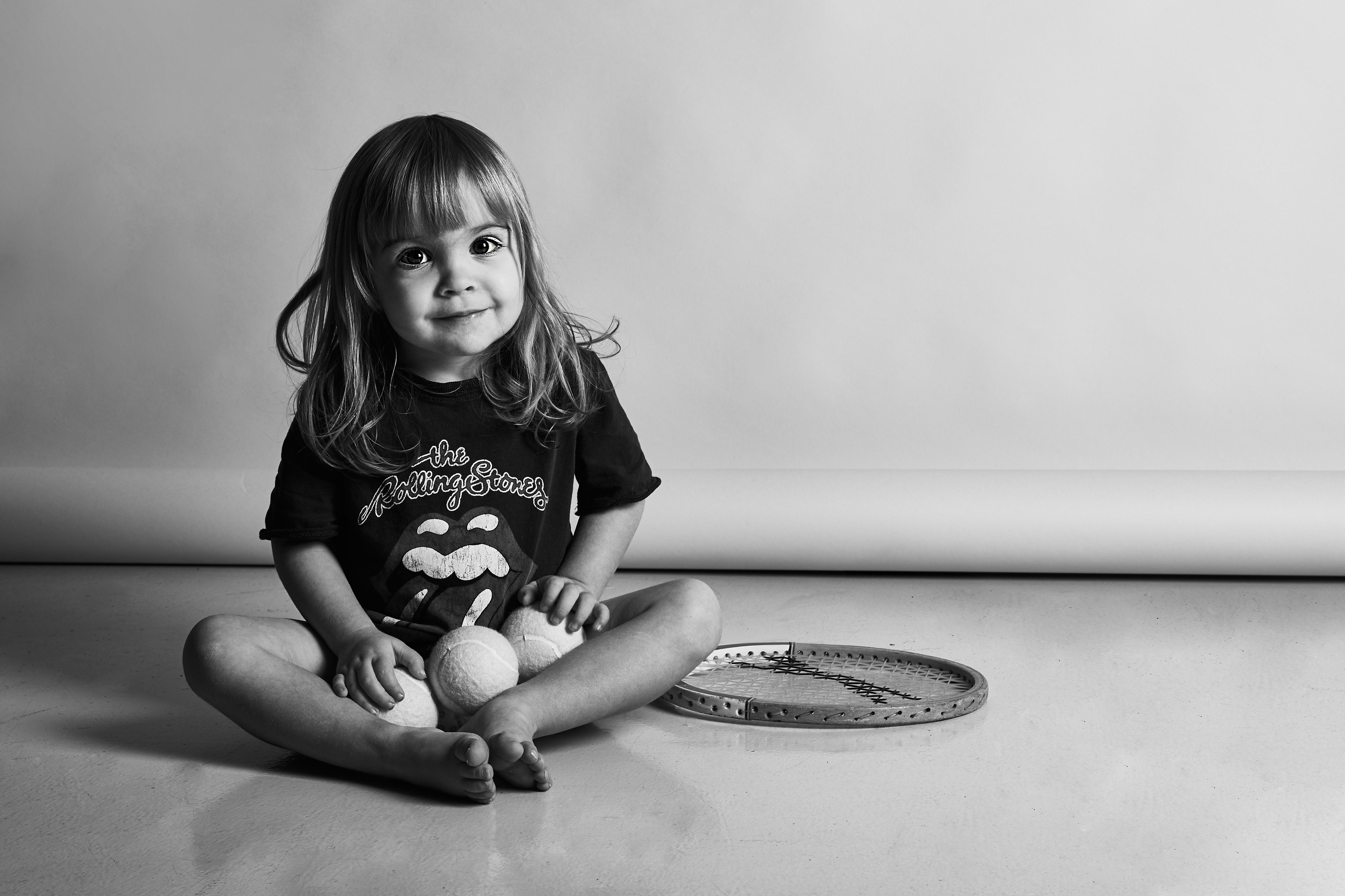 fotografia bambina in bianco e nero con racchetta tennis