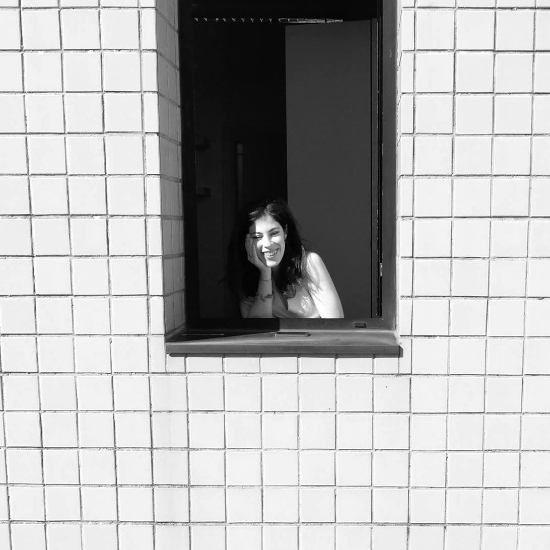 fotografia di ragazza alla finestra in bianco e nero